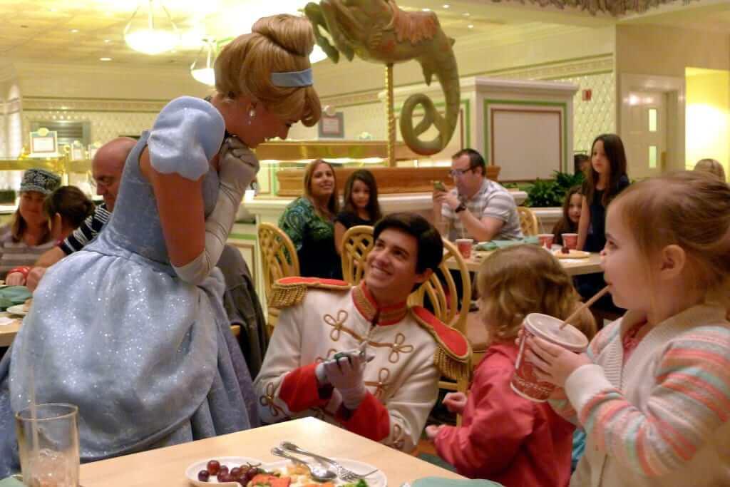 Personagens no restaurante 1900 Park Fare da Disney Orlando