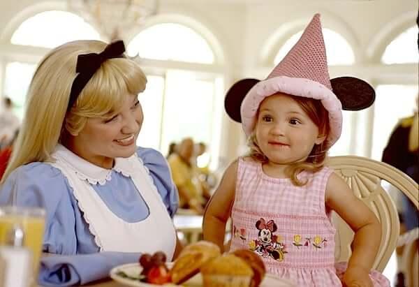 Alice no restaurante 1900 Park Fare da Disney Orlando
