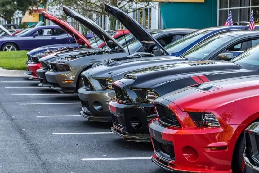 Como alugar um carro bem barato em Orlando: pátio de uma locadora