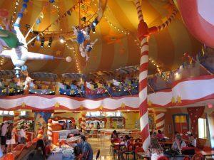 7 jantares com personagens Disney e Universal em Orlando: RestauranteCircus McGurkusCafe Stoo-Pendous