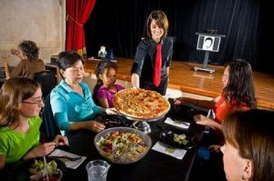 7 jantares com shows em Orlando: Outta Control Magic Comedy Dinner Show