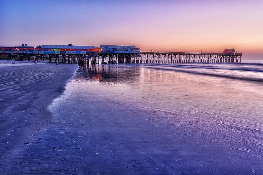 Praia Cocoa Beach próxima a Orlando: píer