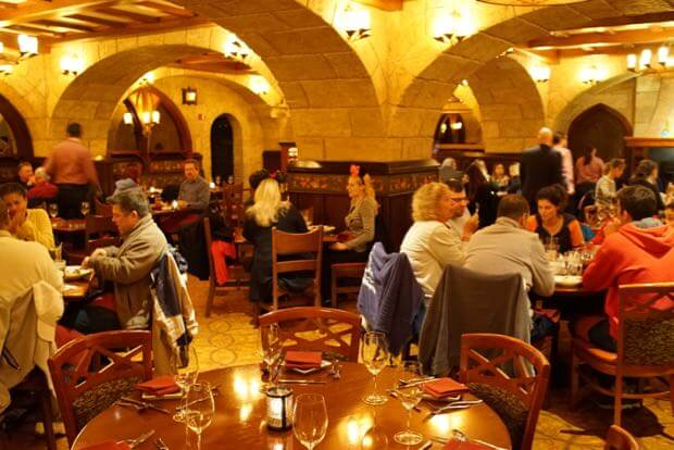 Pavilhão e área do Canadá no Disney Epcot em Orlando: restaurante Le Cellier Steakhouse