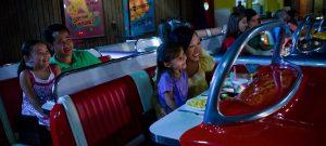 Restaurante Sci-Fi Dine-In na Disney Orlando: mesas do restaurante