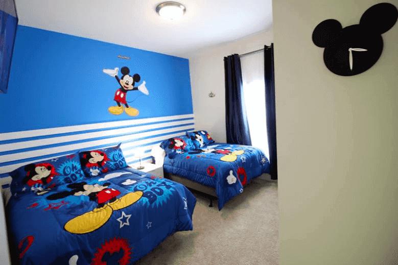 É melhor se hospedar em casa ou hotel em Orlando: quarto Mickey