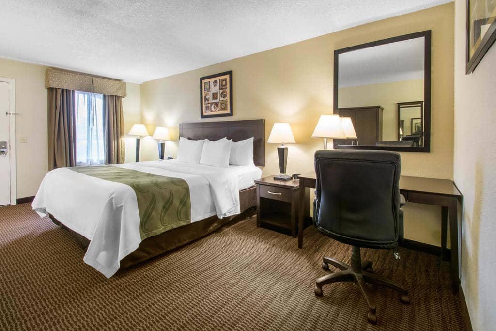 Hotéis bons e baratos em Daytona Beach: Hotel Quality Inn Daytona Speedway - quarto
